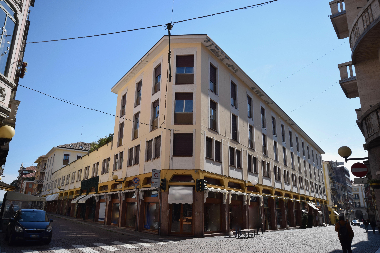 Biella via italia negozio in affitto con vetrine mosca for Locazione immobile arredato